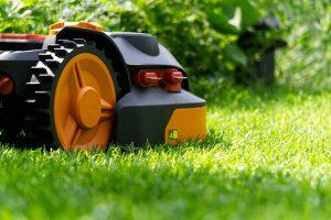 robotfűnyíók a kertben
