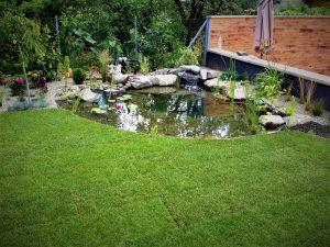 szép kerti tó